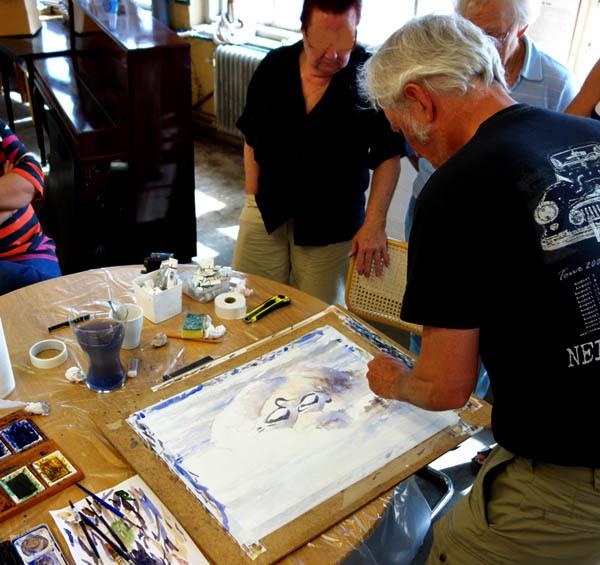 Peter Nilsson demonstrerar hur han målar en akvarell med fågelmotiv. Virsbo 2013.