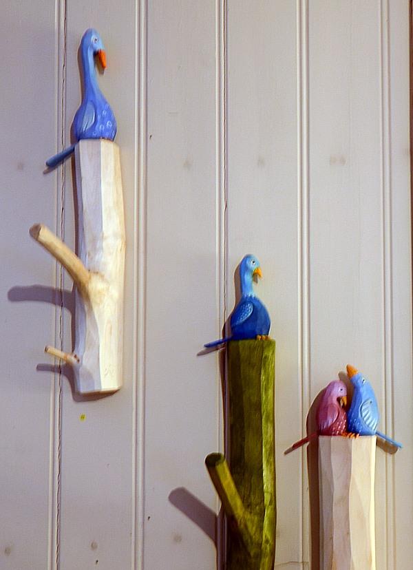 Snidade fågelhängare av Anja Sundberg. Visade på Berga Kulturkapell 2013.