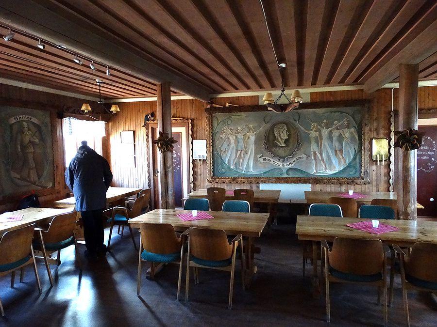 Interiör från Skjulstastugans kaffé med stora väggmålningar. Foto Anders Ehrlemark 2014