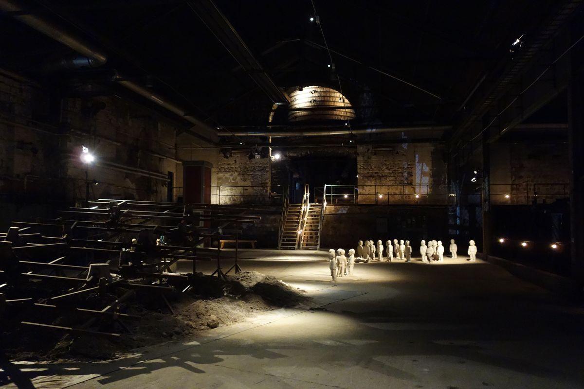Avesta art 2014. Del av den stora Martinugnshallen med bl.a. skulpturinstallation av Jarmo Mäkilä